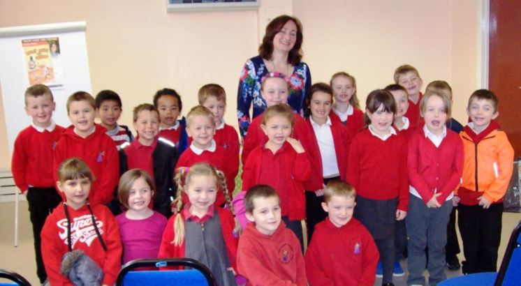 Wendy with children from Ysgol-y-Dderwen at Carmarthen Library