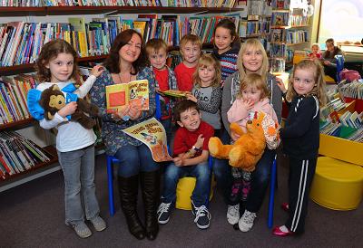 Wendy with children in Ammanford Library